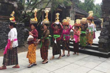 Tắm nước thánh ở Bali
